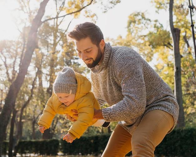 Gelukkige vader met baby buitenshuis