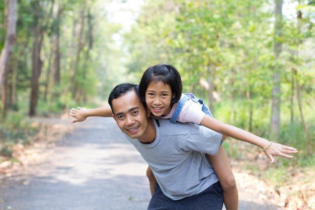 Gelukkige vader met dochter in de zomerpark