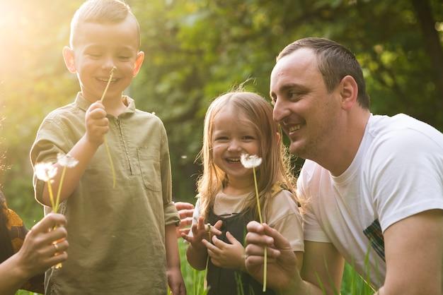 Gelukkige vader met kinderen in de natuur