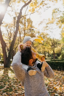 Gelukkige vader met zijn baby buiten