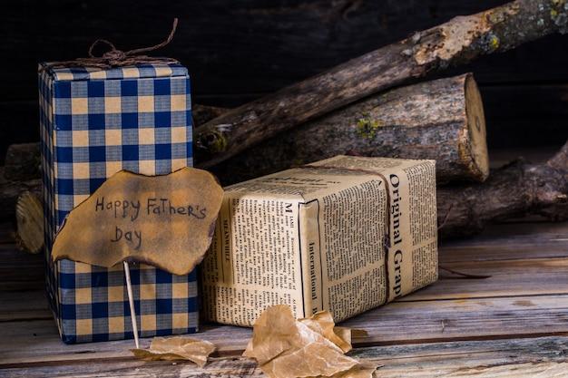 Gelukkige vaderdag met de inscriptie op houten achtergrond. gefeliciteerd en geschenken, close-up