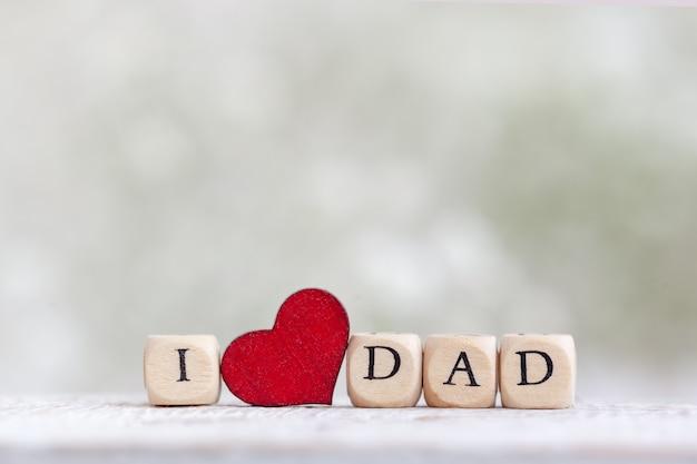 Gelukkige vaderdag. tekst i love dad op achtergrond met vervaging gypsophila bloemen. wenskaart voor vakantieconcept.