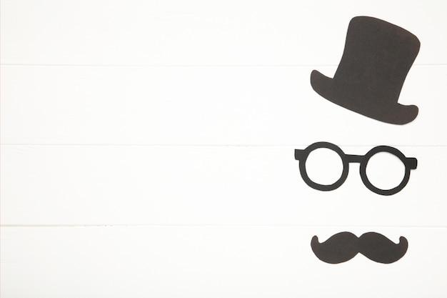 Gelukkige vadersdagsticker op witte houten achtergrond. hipsters-objecten.