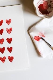 Gelukkige valentijnsdag of moederdag. enquête met harten geschilderd met aquarelverf.