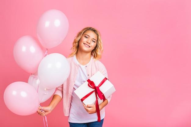Gelukkige verjaardag. ballon partij. gelukkig klein blond meisje met ballonnen en geschenkdoos vakantie vieren