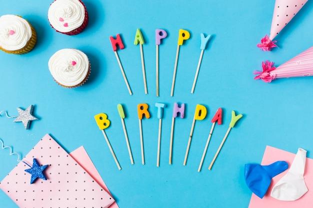 Gelukkige verjaardag belettering op blauwe achtergrond