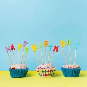 Gelukkige verjaardag belettering op cupcakes