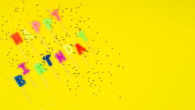 Gelukkige verjaardag bericht met kaarsen confetti en kopie ruimte