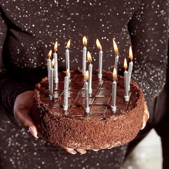 Gelukkige verjaardag chocoladetaart hoge weergave