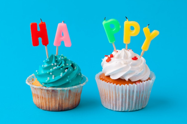 Gelukkige verjaardag cupcakes op blauwe achtergrond