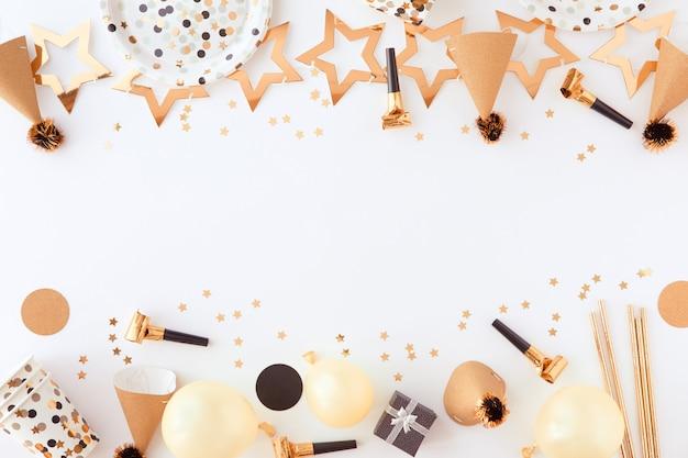 Gelukkige verjaardag en cadeau achtergrond met gouden decoraties, ballonnen en confetti