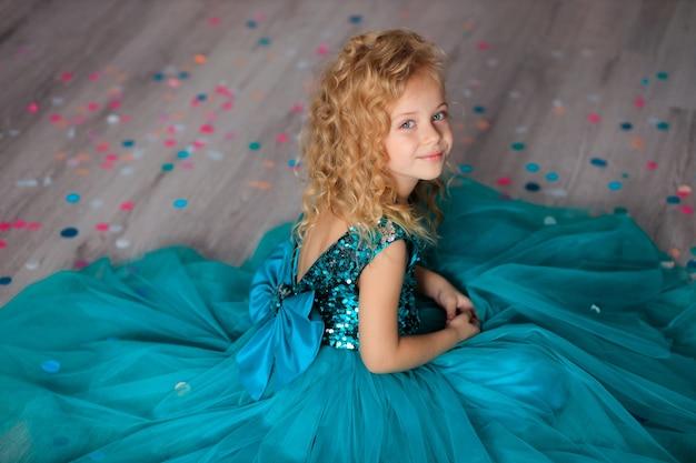 Gelukkige verjaardag! gelukkig kind meisje in elegante jurk