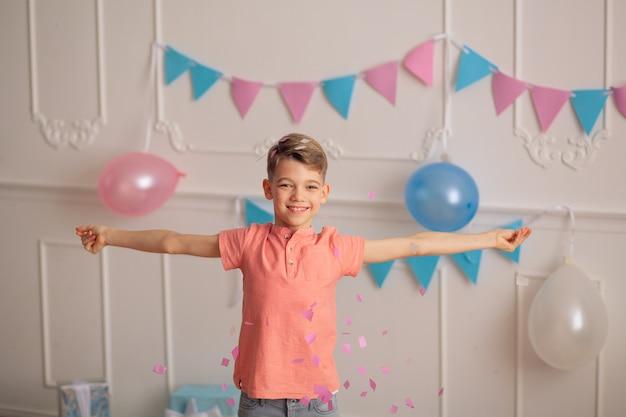 Gelukkige verjaardag jongen met confetti
