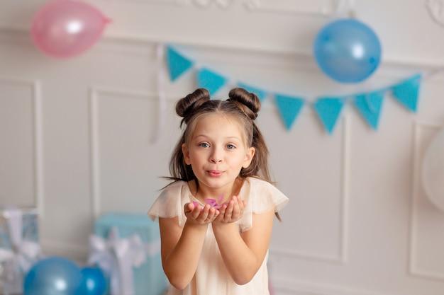 Gelukkige verjaardag kind meisje met confetti