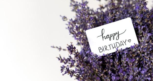 Gelukkige verjaardag lavendel boeket met kopie ruimte