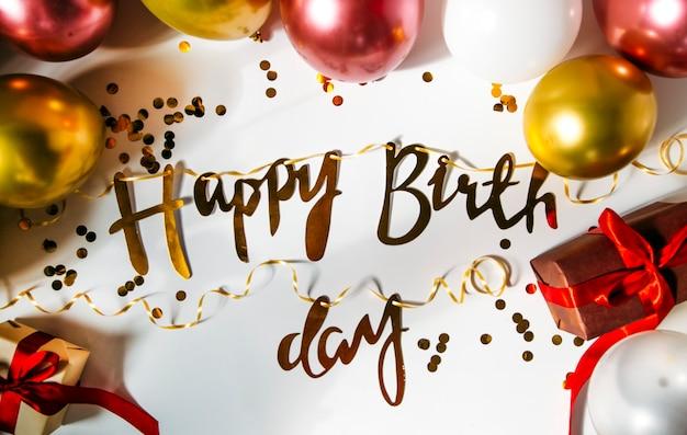 Gelukkige verjaardag of feestachtergrond plat leggen met verjaardagsballonnen bovenaanzicht ruimte kopiëren