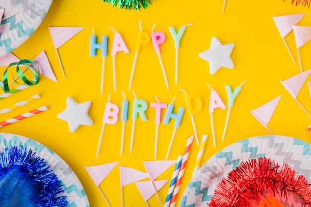 Gelukkige verjaardag schrijven tussen vlaggen en borden