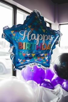 Gelukkige verjaardagsballon dichtbij venster
