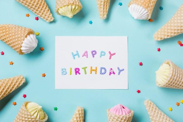 Gelukkige verjaardagskaart met aalaw in de wafel met sprinkles op blauwe achtergrond