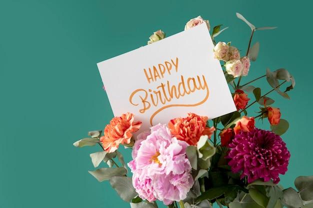 Gelukkige verjaardagskaart met bloemenassortiment