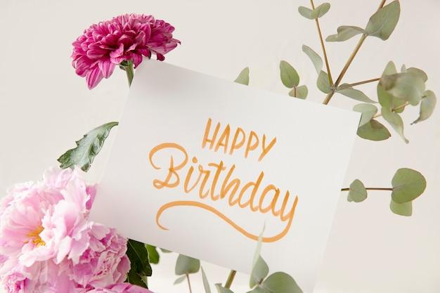 Gelukkige verjaardagskaart met bloemensamenstelling