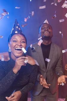 Gelukkige verjaardagspartij met confetti