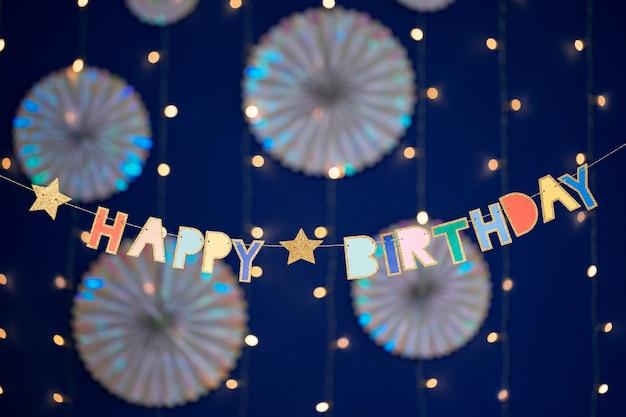 Gelukkige verjaardagsslinger en decoraties op blauw