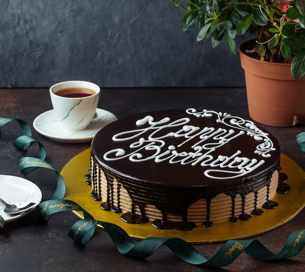 Gelukkige verjaardagstaart op de tafel