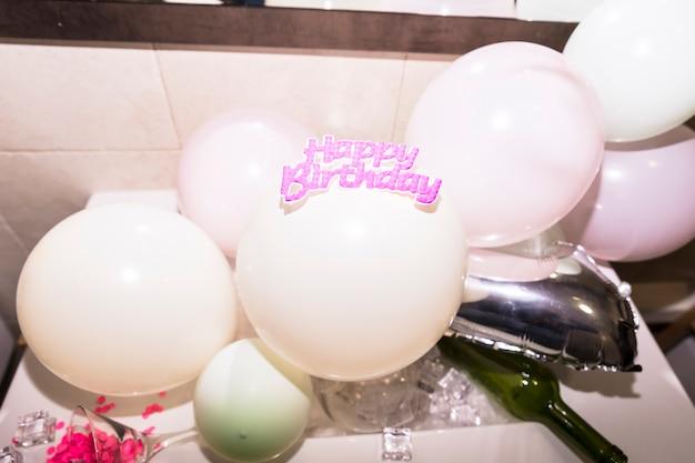 Gelukkige verjaardagstekst op opblaasbare witte ballon