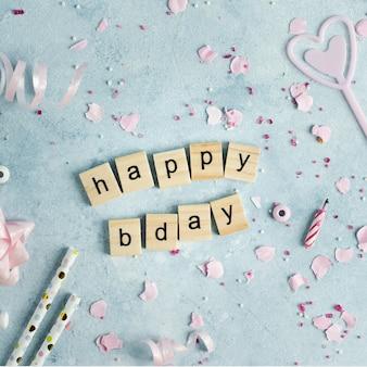 Gelukkige verjaardagswens in houten letters met lint
