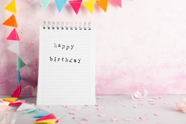 Gelukkige verjaardagswens op notitieboekje met exemplaarruimte