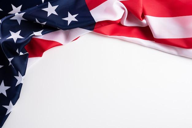 Gelukkige veteranendag. amerikaanse vlaggen tegen een witte achtergrond.
