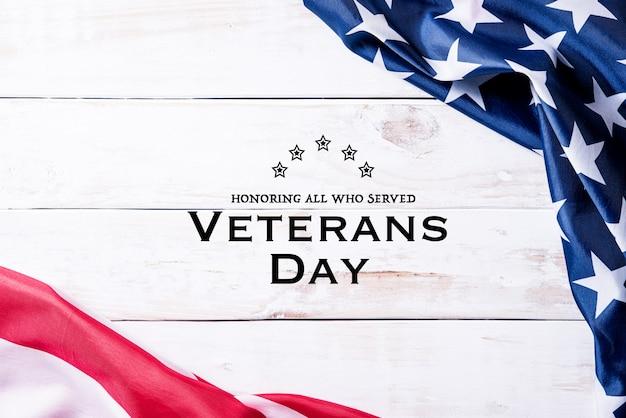 Gelukkige veteranendag. vlag van de vs met tekst bedankt veteranen op een houten bord