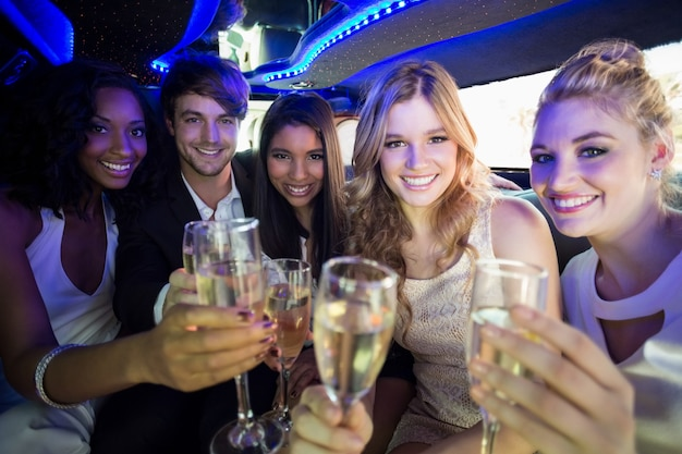 Gelukkige vrienden die champagne drinken