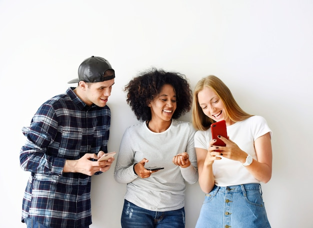 Gelukkige vrienden die concept van smartphone samen het sociale media gebruiken
