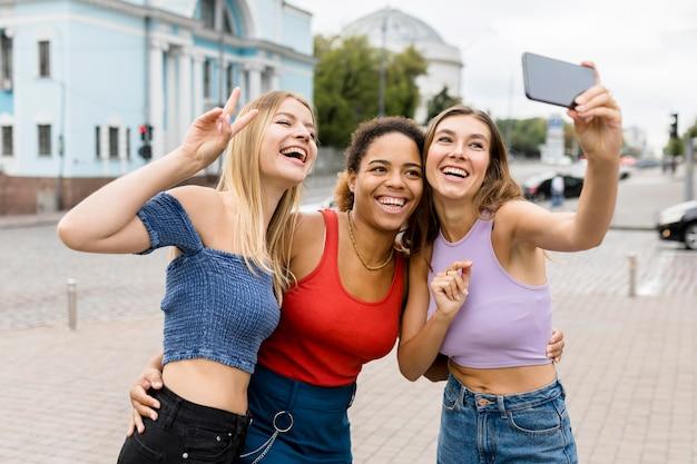 Gelukkige vrienden die een selfie nemen