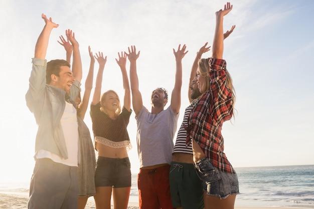 Gelukkige vrienden die hoogte vijf geven