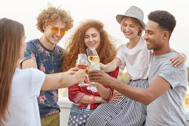 Gelukkige vrienden die hun succes vieren