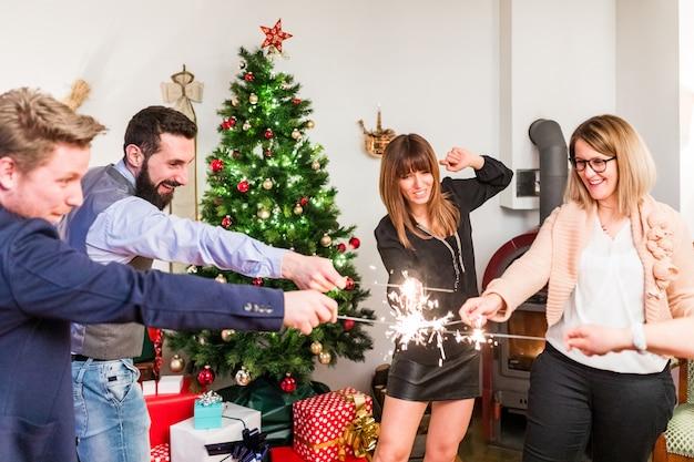 Gelukkige vrienden die nieuwjaar vieren met sterretjes