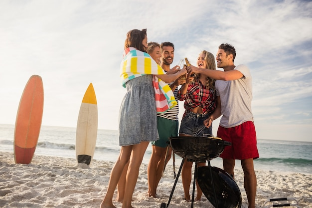 Gelukkige vrienden die pret hebben rond barbecue