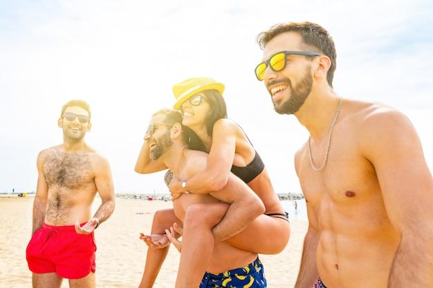 Gelukkige vrienden die pret op het strand in barcelona hebben