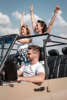 Gelukkige vrienden die samen met de auto reizen