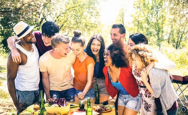 Gelukkige vrienden die samen plezier hebben op pic nic barbecue party