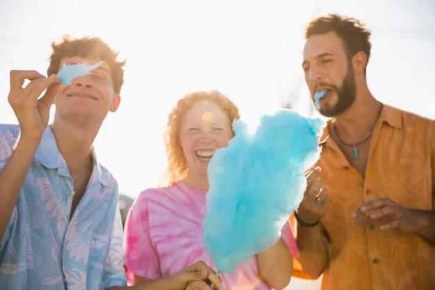 Gelukkige vrienden die samen van suikerspin genieten