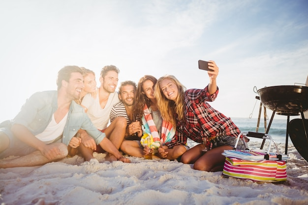 Gelukkige vrienden die selfie met smartphone nemen