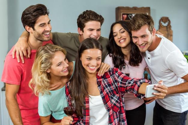 Gelukkige vrienden die selfie thuis nemen