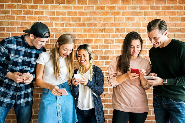 Gelukkige vrienden die smartphones sociaal media concept gebruiken