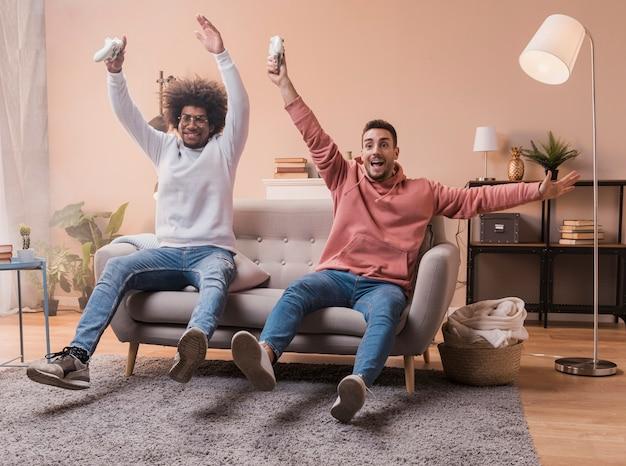 Gelukkige vrienden die speloverwinning vieren
