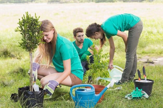Gelukkige vrienden die voor de gemeenschap tuinieren