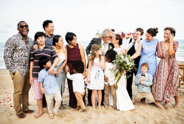 Gelukkige vrienden en familie op een huwelijksfeest
